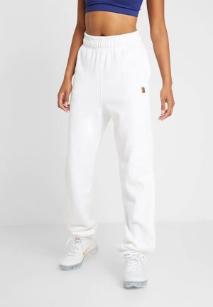 white joggers nike woman fashion
